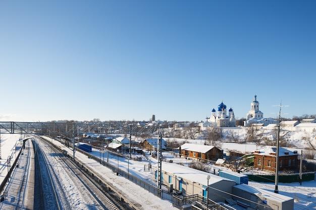 Zimowy widok na dworzec kolejowy w rosji. podróż do rosji