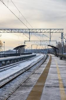 Zimowy widok na dworzec kolejowy