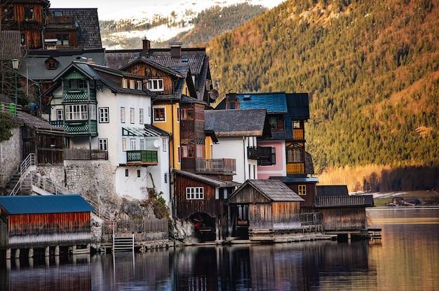 Zimowy widok na hallstatt, tradycyjną austriacką wioskę z drewna
