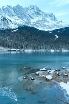 Zimowy widok na jezioro eibsee, bawaria, niemcy.