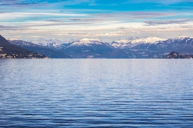 Zimowy widok na jezioro maggiore