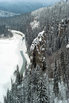 Zimowy widok na skałę devils finger i rzekę usva w kraju permskim ural rosji
