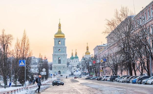 Zimowy widok na zachód słońca na katedrze św. zofii w kijowie na ukrainie