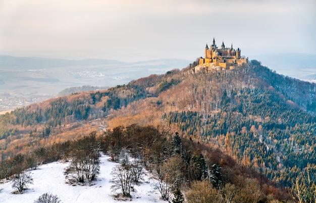 Zimowy widok na zamek hohenzollern w badenii-wirtembergii, niemcy