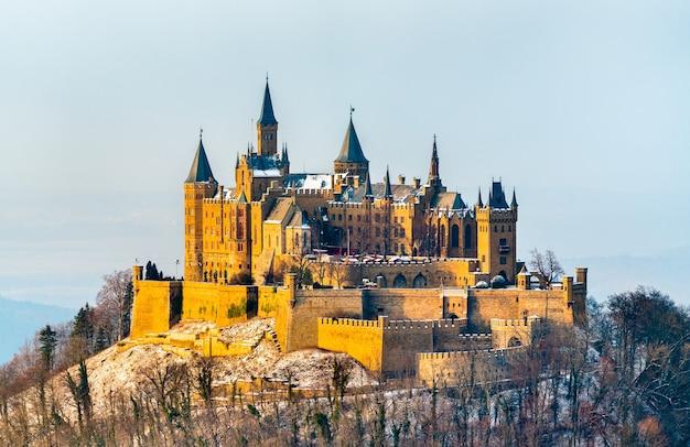 Zimowy widok na zamek hohenzollern w niemczech