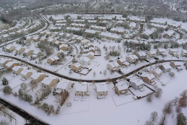 Zimowy widok z lotu ptaka małych miasteczek na dachach domów mieszkalnych przykrył śnieg