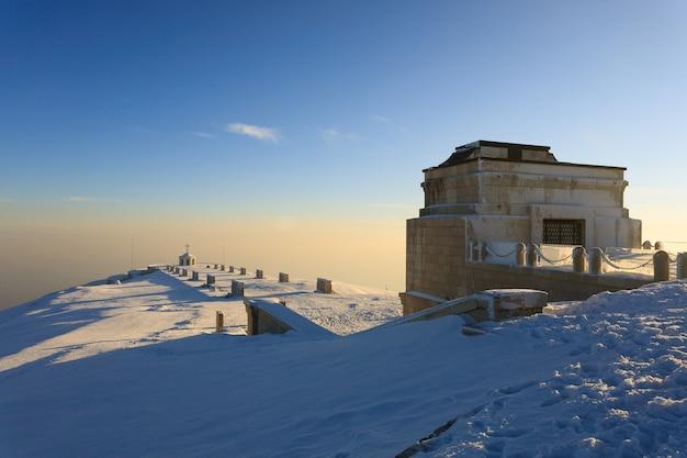 Zimowy widok z pomnika pierwszej wojny światowej monte grappa, włochy