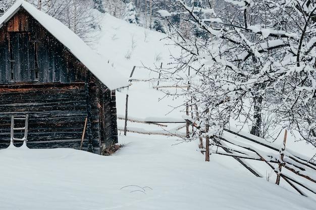 Zimowy wiejski krajobraz górski z drewnianym domu