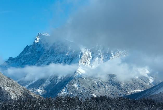 Zimowy wierzchołek zugspitze (góra jest blisko) widok z fern pass, austria.