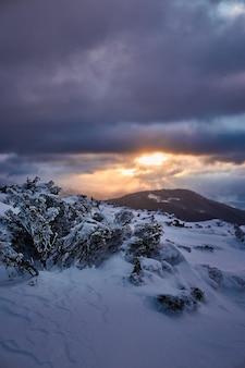 Zimowy wschód słońca krajobraz w zaśnieżonych górach