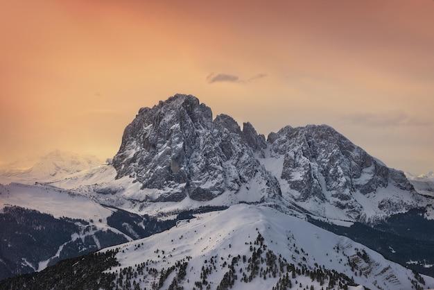 Zimowy zachód słońca w górach
