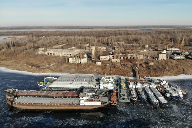 Zimujące statki na zamarzniętej rzece. na molo jest wiele statków. wołgograd. rosja.
