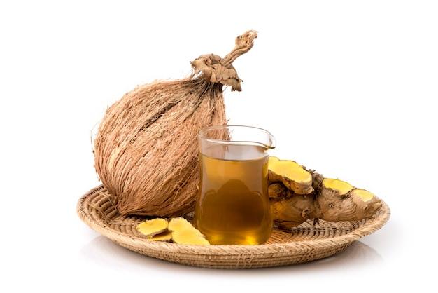 Zingiber montanum lub phlai rhizome są ekstrahowane olejem kokosowym na naturalnym tle.