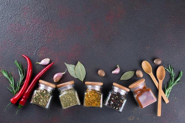 Zioła, kolorowe suche przyprawy w szklanych słoikach