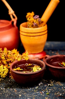 Zioła lecznicze na drewnianym stole czarny, ziołolecznictwo