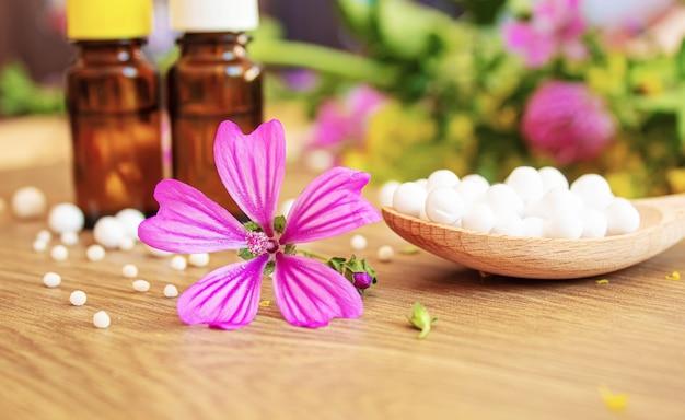 Zioła lecznicze, olejki homeopatyczne w małych butelkach. selektywne skupienie.natura