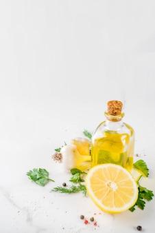 Zioła, oliwa z oliwek, czosnek