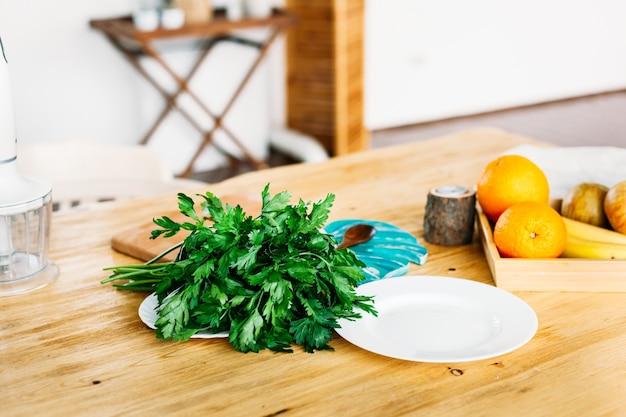 Zioła, owoce i talerz na drewnianym stole