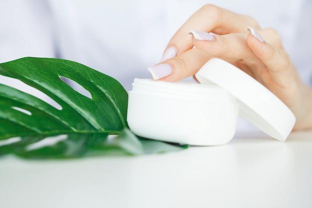 Ziołolecznictwo. naukowiec, dermatolog produkuje w laboratorium naturalny kosmetyk ziołowy. koncepcja zdrowej pielęgnacji skóry uroda. krem, serum