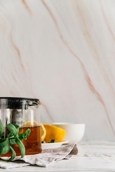 Ziołowa herbata cytrynowa z miętą na teksturowanej tle