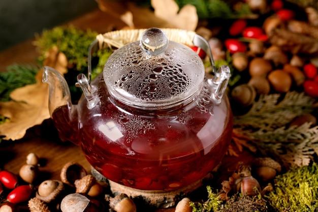 Ziołowa herbata jagodowa na magicznym tle jesiennego lasu