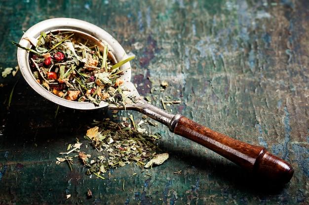 Ziołowa herbata na łyżce