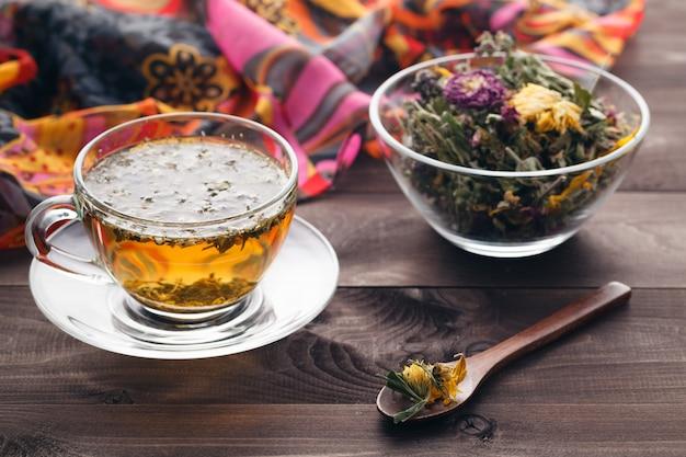 Ziołowa herbata na nieociosanym drewnianym stole