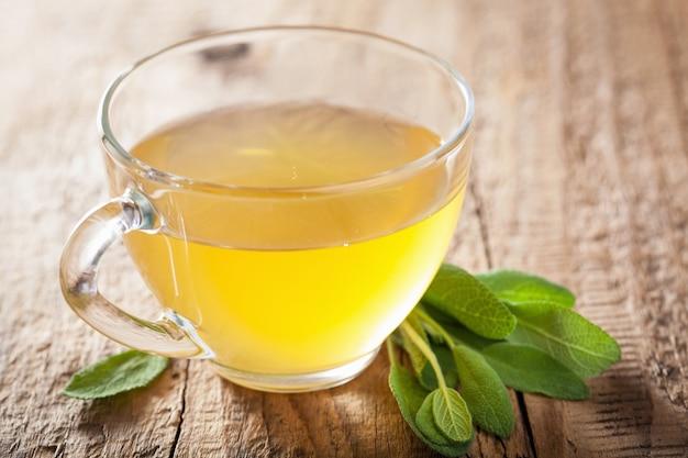 Ziołowa herbata szałwiowa z zielonym liściem w szklanej filiżance