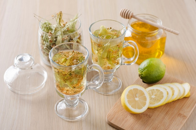 Ziołowa herbata z cytryną i miodem
