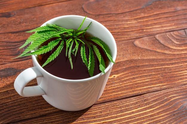 Ziołowa herbata z marihuany i liście marihuany