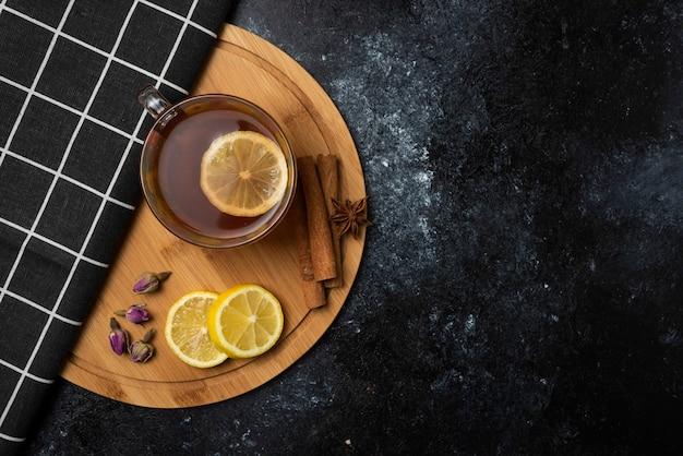 Ziołowa herbata zimowa w filiżankach.