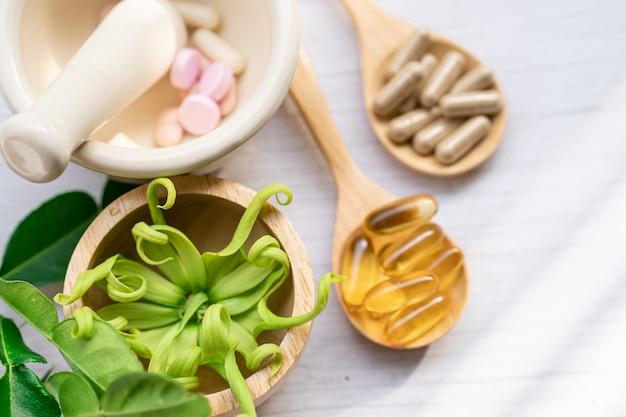 Ziołowa kapsułka organiczna medycyny alternatywnej.