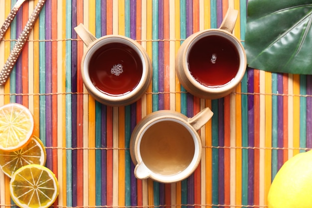 Ziołowa zdrowa cytrynowa zielona herbata na stole