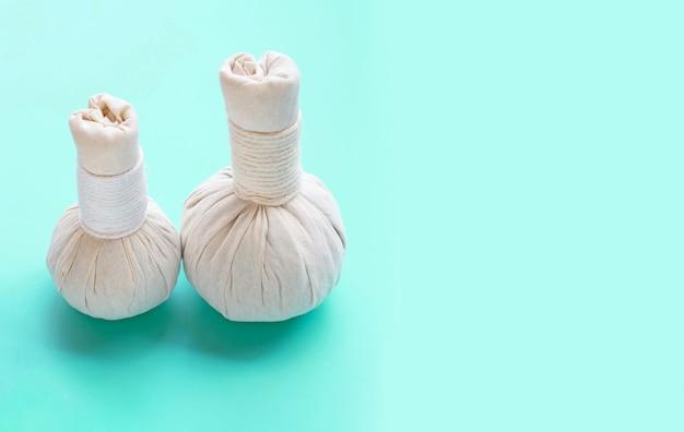 Ziołowe kompresowe piłki dla tajlandzkiego masażu i zdroju traktowania na zielonym tle. skopiuj miejsce