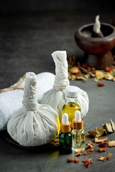 Ziołowe kompresy i ziołowe urządzenia lecznicze na ciemną podłogę