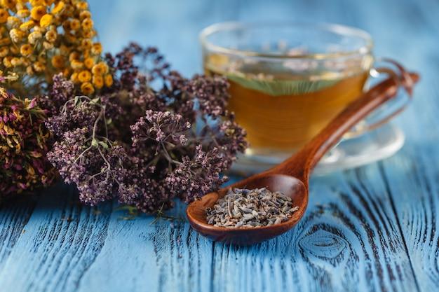 Ziołowe lekarstwo: kubek z herbatą lipową