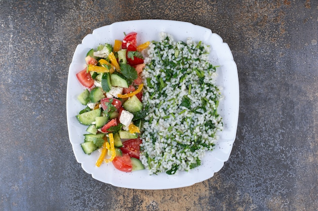 Ziołowe risotto z sezonową sałatką warzywną