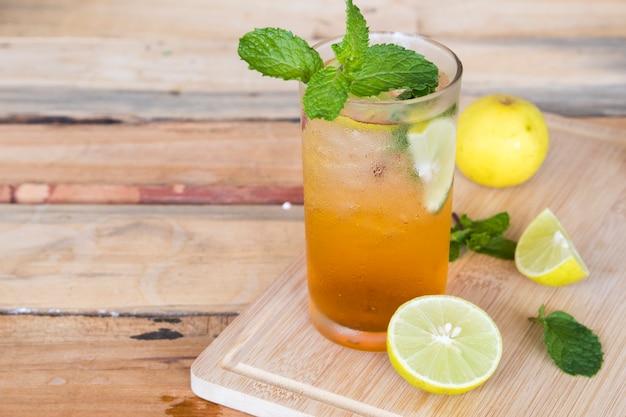 Ziołowe zdrowe napoje zimna herbata cytrynowa