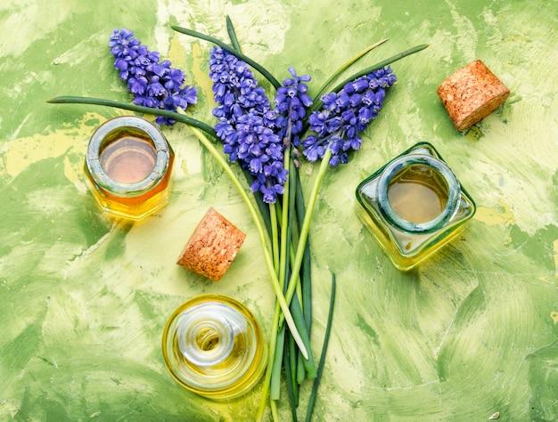 Ziołowy olejek i kwiaty lawendy