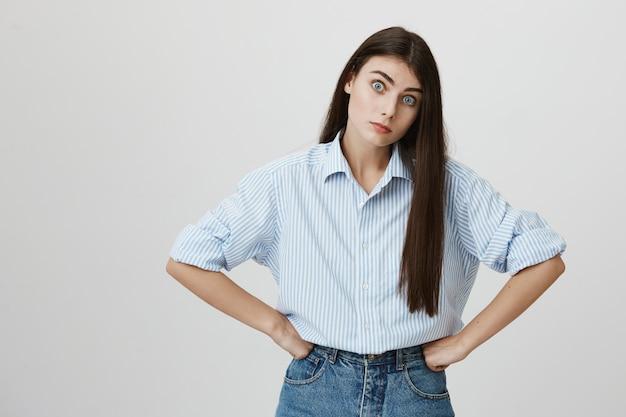 Zirytowana kobieta gapi się niecierpliwie