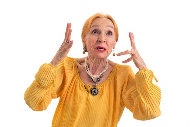 Zirytowana kobieta na białym tle zestresowana starsza pani marnowanie nerwów