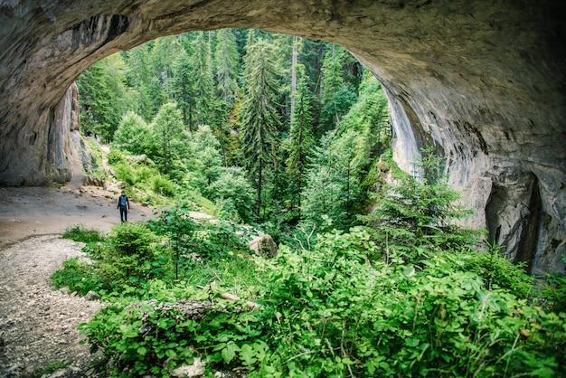 Zjawiska przyrodnicze wonder bridges w górach rodopi w bułgarii