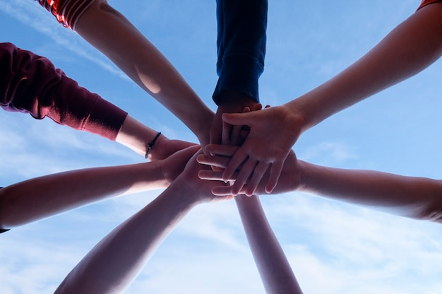 Zjednoczenie w grupie ludzi i siła jedności zespołu. koncepcja ducha partnerstwa.