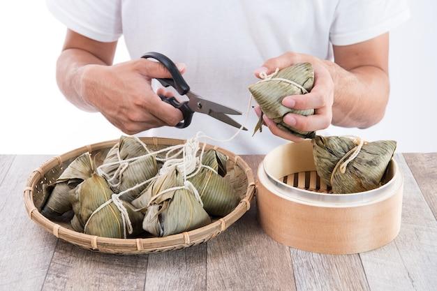 Zjedz zongzi (knedel ryżowy) na dragon boat festival, tradycyjną kuchnię azjatycką