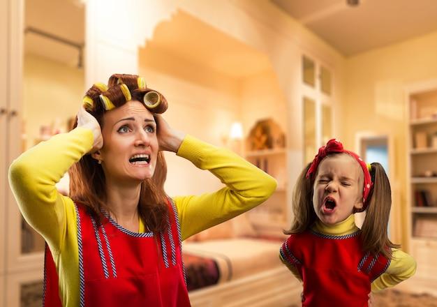 Zła dziewczynka krzyczy na matkę w domu