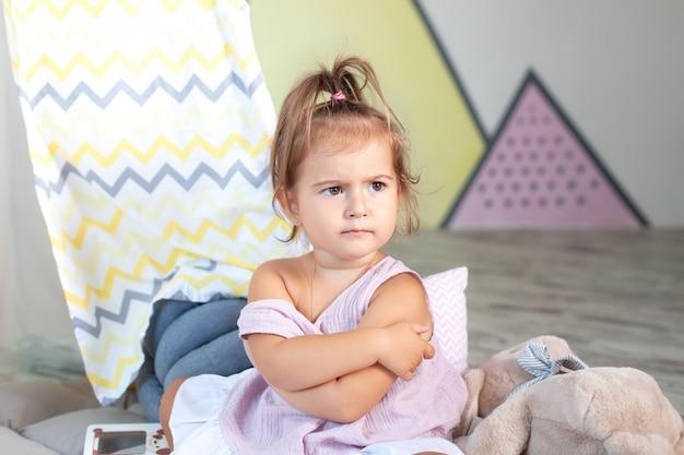Zła dziewczynka. pojęcie znak i gest, emocja. zdenerwowana mała dziewczynka. koncepcja gniewu, rozczarowania i krzywdy, miejsce. samotny przestraszony małe dziecko, czuje się opuszczony, obrażony, osierocony.