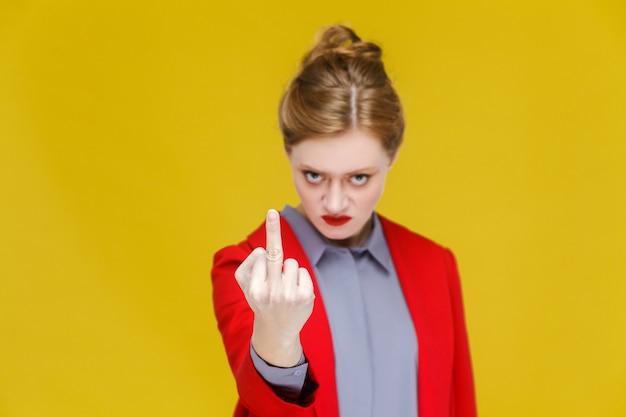 Zła kobieta biznesu w czerwonym garniturze demonstruje pierdolę się znak