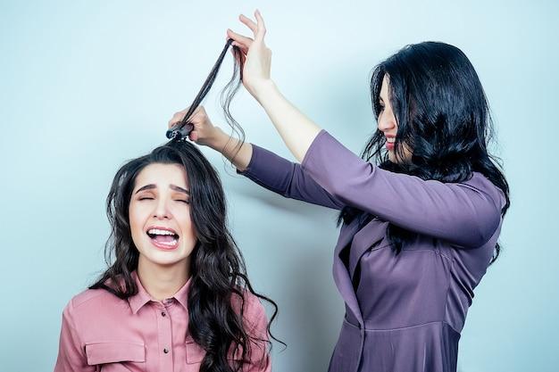 Zła kobieta fryzjer zepsute włosy nieszczęśliwy klient smutny dziewczyna w salonie. koncepcja nieprofesjonalizmu i złej urody koncepcja nieprofesjonalizmu i złego salonu kosmetycznego