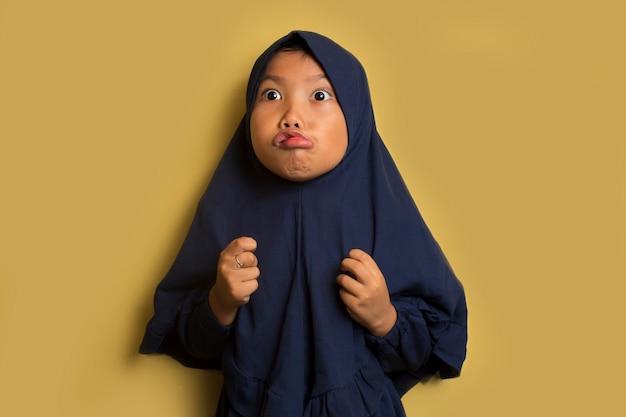 Zła mała śliczna azjatycka muzułmańska hidżab dziewczyna