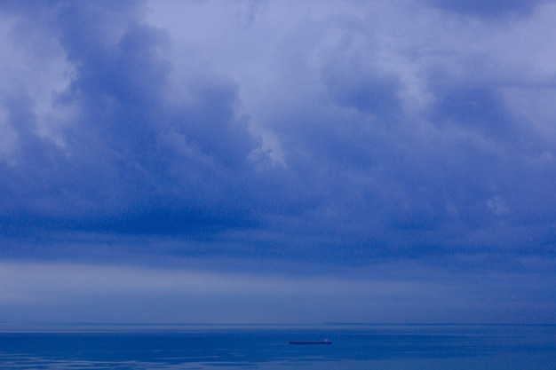 Zła pogoda na horyzoncie morskim
